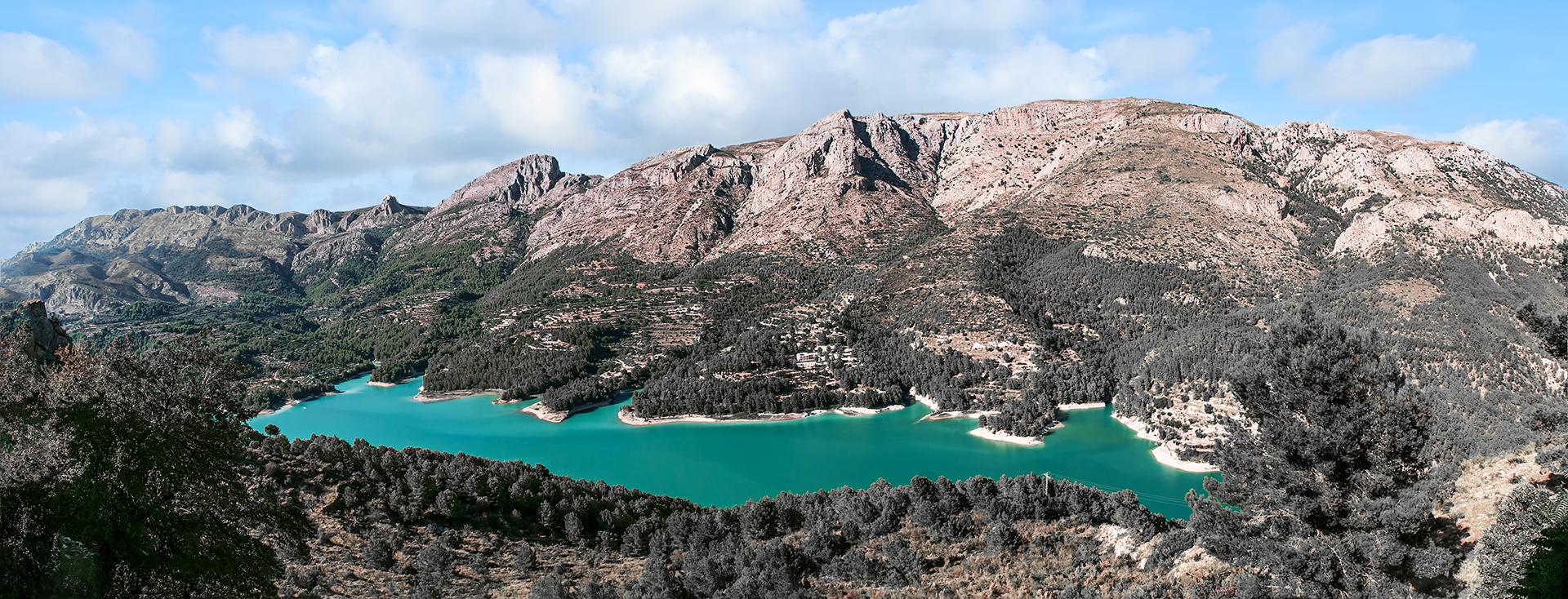 Guadalest-Hiszpania, piękne jezioro wśród gór.